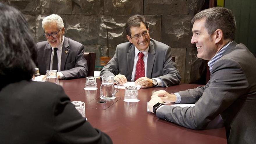 El presidente del Gobierno de Canarias, Fernando Clavijo (d), y los rectores de la Universidad de Las Palmas de Gran Canaria, José Regidor (i) y de la Universidad de La Laguna (Tenerife), Antonio Martinón (c). (EFE/Ramón de la Rocha)
