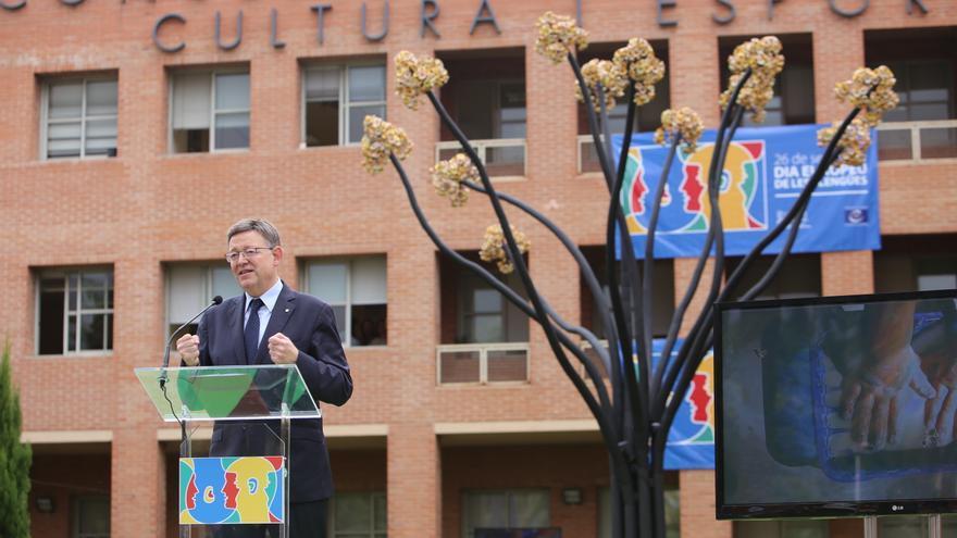 Ximo Puig junto al 'Arbre de les llengues' en la conselleria de Educación