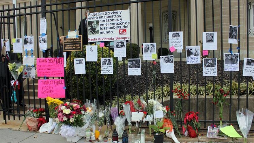 Con o sin Fidel, la vida sigue igual ante la embajada de EE.UU. en La Habana