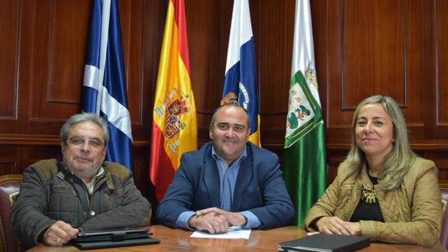 Firma del acta por el que tres concejales del grupo socialista se integran en el equipo de gobierno