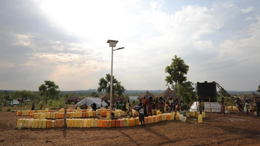 En el asentamiento de refugiados de Rhino, en el norte de Uganda, el acceso a agua limpia es un gran problema para los refugiados de Sudán del Sur. En junio, los refugiados que vivían en Ofua recibieron un promedio de 8,1 litros de agua por persona por día, muy por debajo del nivel de emergencia de 20 litros por persona por día. Esta cantidad limitada de agua no es solo para beber, sino también para cocinar, bañarse, limpiar y para fines agrícolas. Una de las razones por las que el acceso al agua es tan difícil es el tamaño de los asentamientos de refugiados en Uganda. Fotografía: Atsushi Shibuya/MSF
