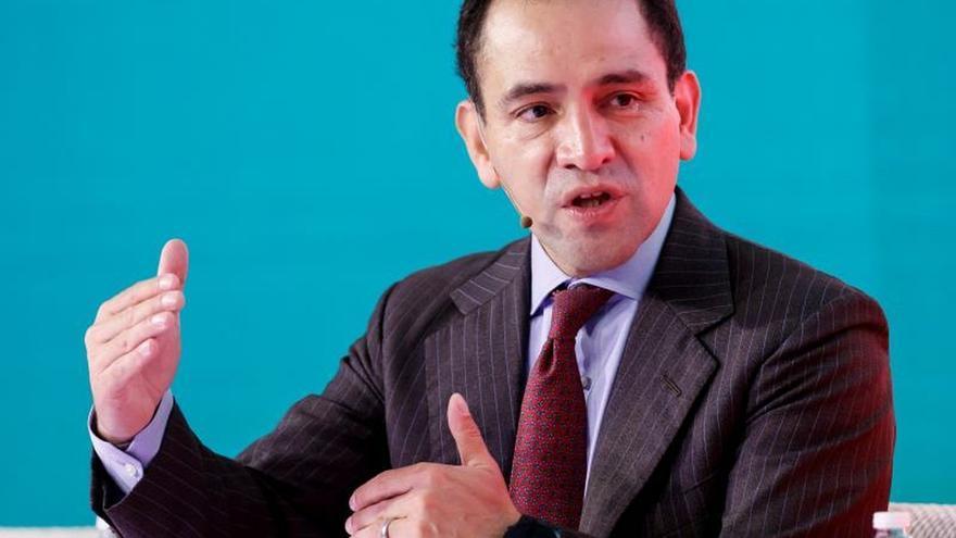 El secretario de Hacienda y Crédito Público de México, Arturo Herrera, habla este martes durante una conferencia en el marco del foro The Economist que se celebra en Ciudad de México (México).