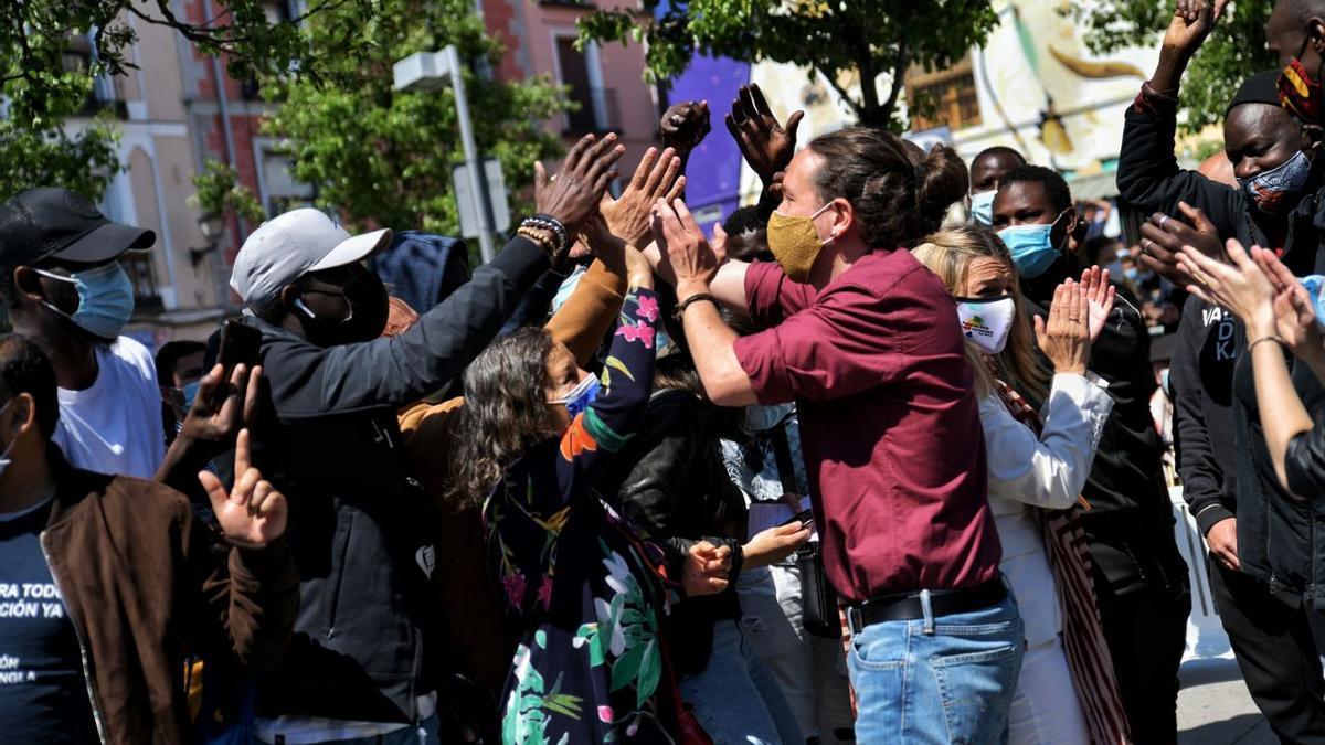 Pablo Iglesias saluda a un grupo de asistentes al primer acto de la campaña del 4M en Lavapiés (Madrid).