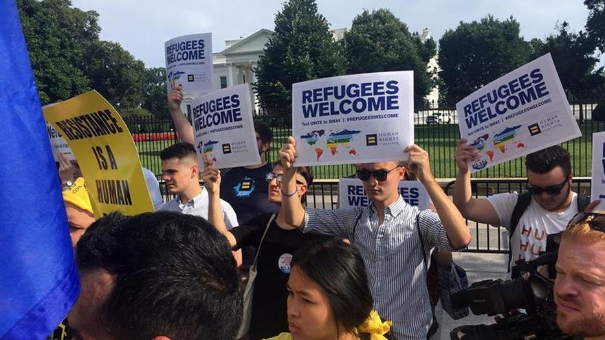 Decenas de activistas protestan contra el presidente Donald Trump, y su política migratoria y de refugiados el 20 de junio 2017