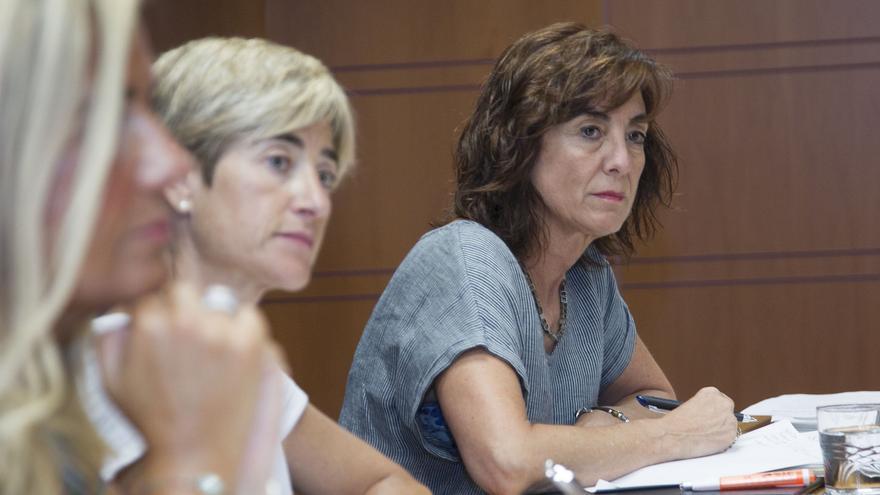 La presidenta de la comisión de Educación, Pili Zabala, con la letrada, en una comparecencia de Cristina Uriarte