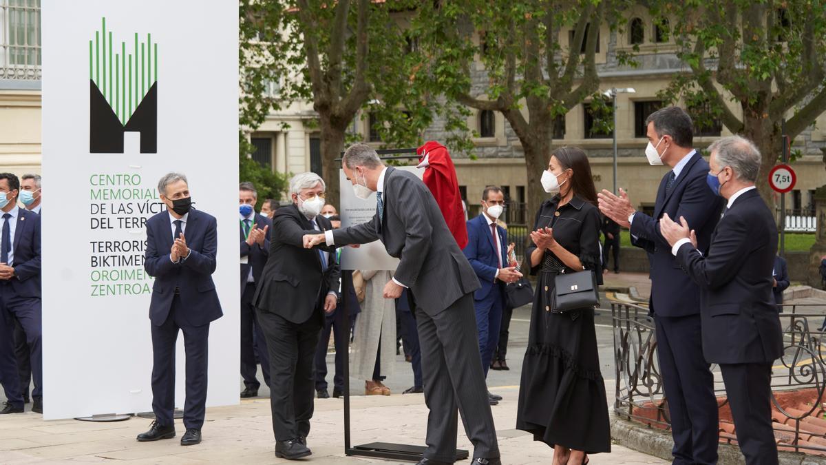 El jefe del Estado, saludando al director del Memorial, Florencio Domínguez, en la inauguración