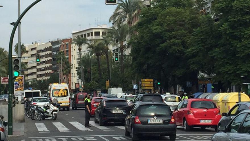 La Policía Local, regulando el tráfico en el lugar en el que se ha producido el accidente.