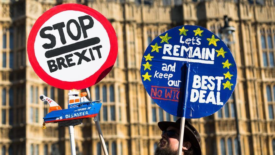 Un hombre se manifiesta contra el ''brexit'' durante una protesta en el exterior del Parlamento británico, este lunes en Londres (Reino Unido).