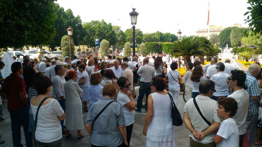 Algo más de 200 personas se han concentrado en el Ayuntamiento de Murcia para pedir diálogo