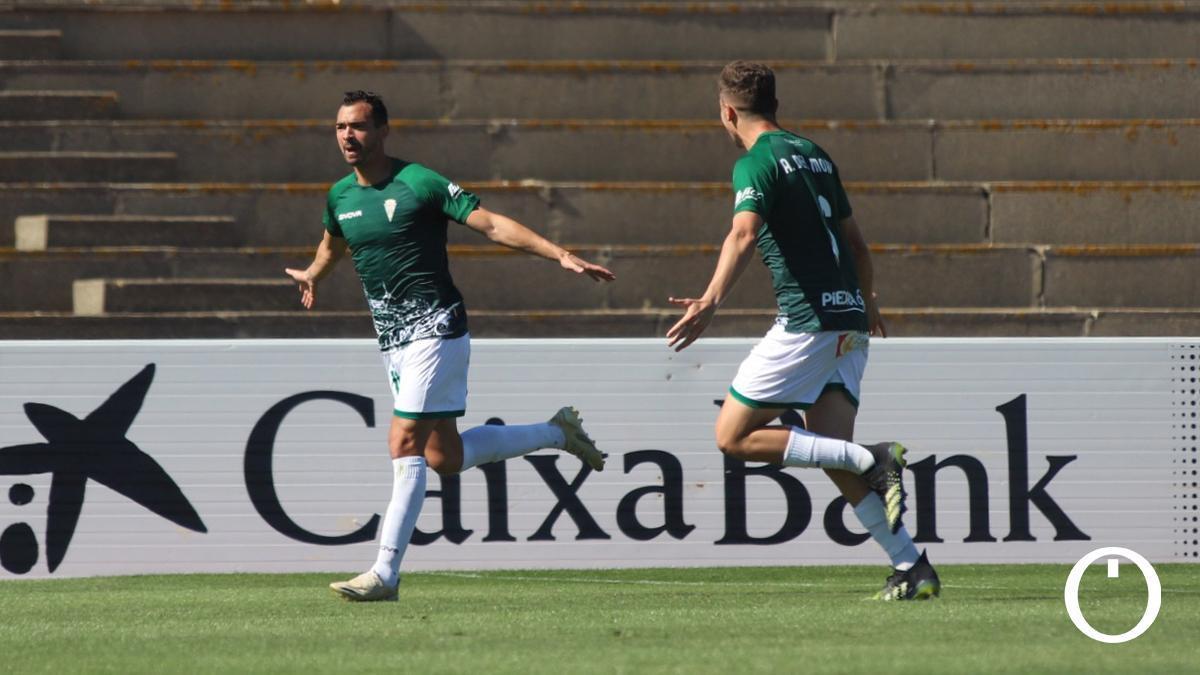 De las Cuevas celebra un gol en La Línea.