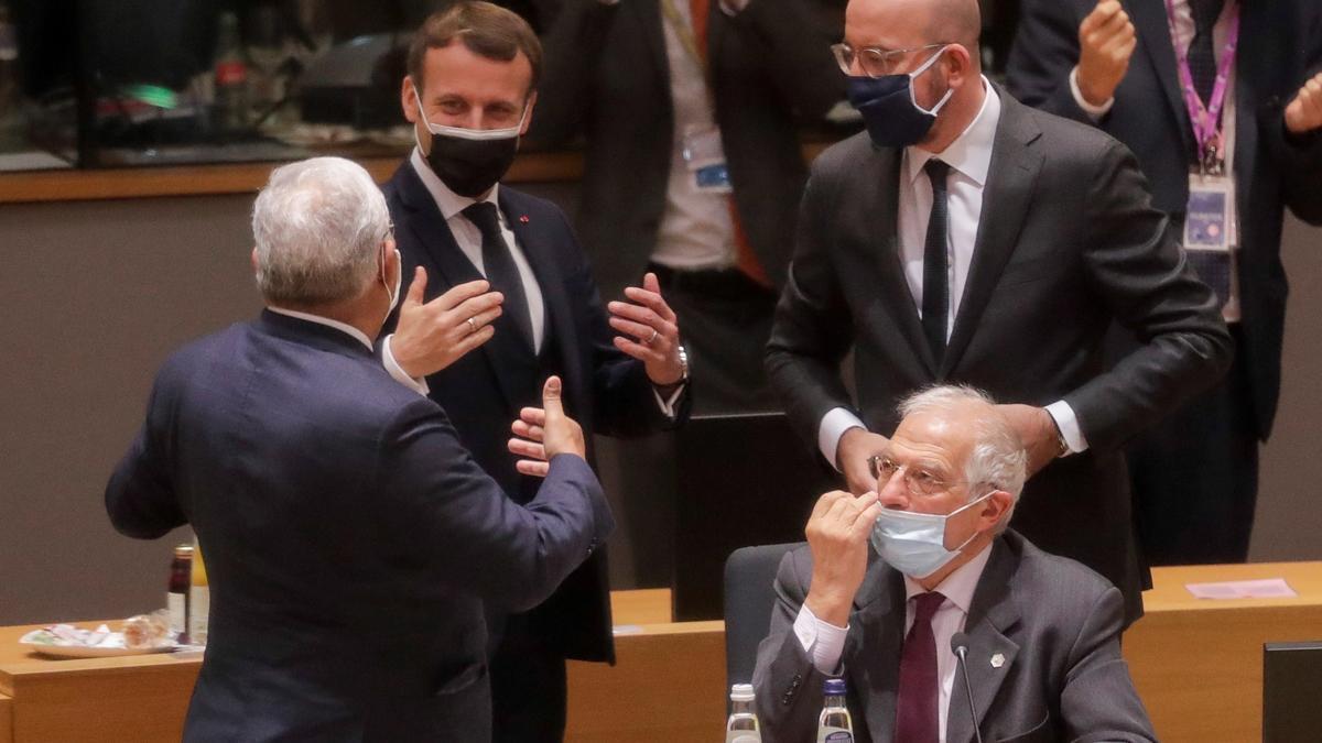 El presidente francés, Emmanuel Macron, el presidente del Consejo Europeo,  Charles Michel, el jefe de la diplomacia europea, Josep Borrell.