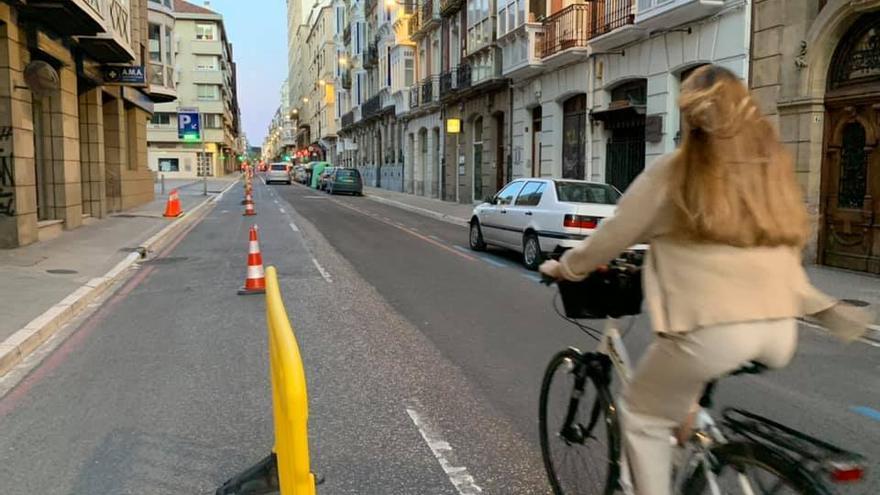 Una mujer circula en bicicleta por una de las calles peatonalizadas en Vitoria