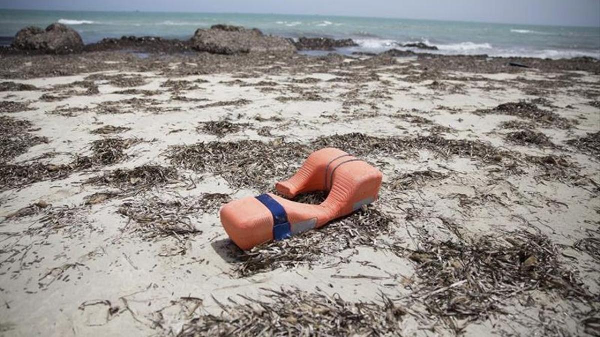 Imagen de archivo. Los restos de un salvavidas en las costas de Libia.