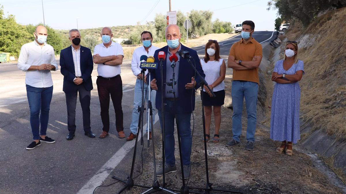 El presidente de la Diputación de Córdoba y alcalde de Rute, Antonio Ruiz, atiende a los medios en la recepción de la obra la CO-6213 'De Cabra a Llanos de Don Juan'