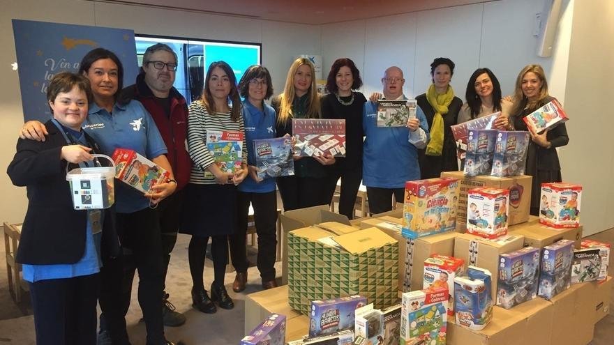 Los empleados de caixabank en navarra donan 270 juguetes a for Caixa oficinas pamplona