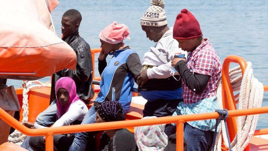 Localizada embarcación con 56 inmigrantes que fueron trasladados a Motril