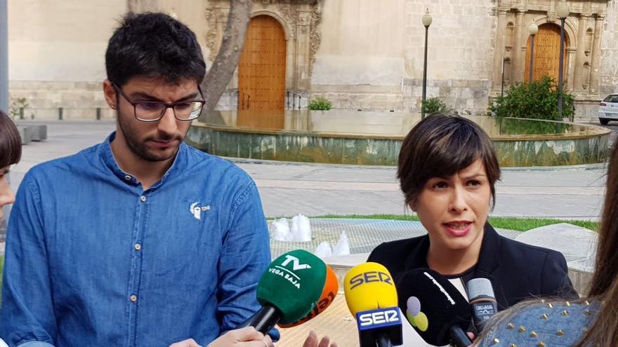 Karlos Bernabé (Cambiemos) y Carolina Gracia (PSOE), este miércoles tras anunciar la petición de pleno extraordinario.