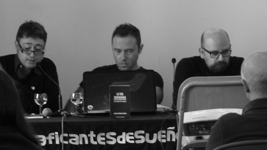 """Presentación de """"La tiza envenenada"""" en Traficantes de Sueños (Madrid), junto a José Manuel Rojo (izquierda) y Julio Monteverde (derecha)."""