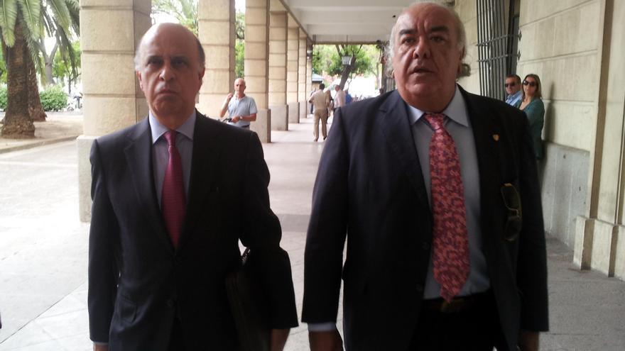 José González Mata (Izquierda) llega a declarar como imputado ante la juez Alaya