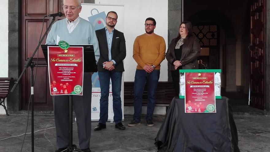 En la imagen, acto del sorteo de la Campaña de Navidad celebrado este lunes en el atrio del Ayuntamiento de Santa Cruz de La Palma
