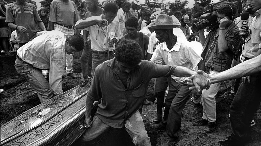 Uno de los momentos de la incineración de los cuerpos masacrados, en el cementerio de Curionópolis, Brasil. En 2015 se registró en Brasil la cifra más alta de muertes relacionadas con conflictos de tierra en los últimos 12 años © João Roberto Ripper