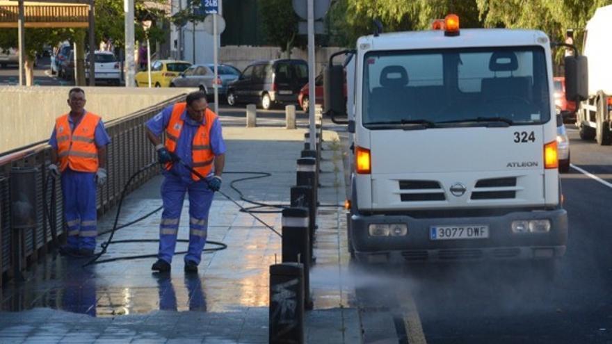 Actividad de limpieza viaria con la empresa Urbaser, la que aún presta el servicio en la capital tinerfeña