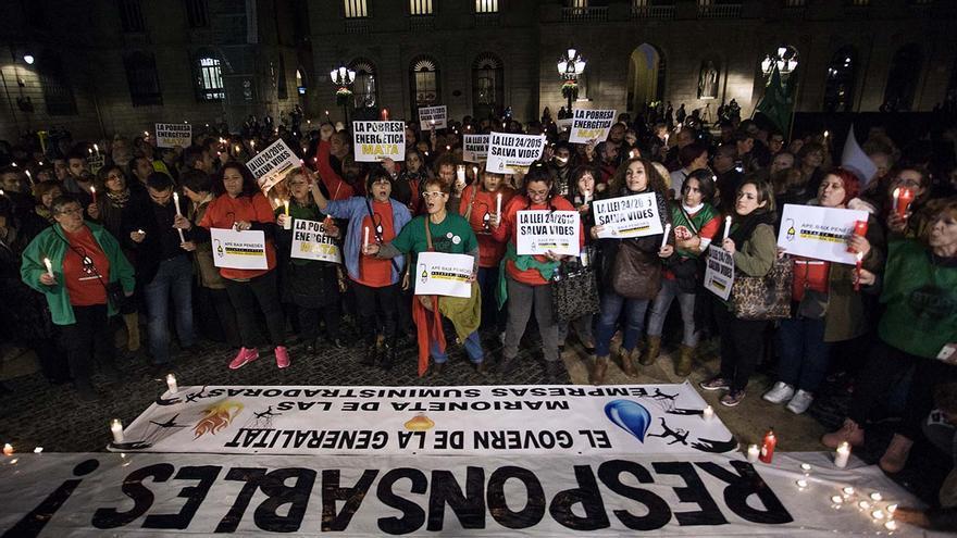 Concentración en plaza Sant Jaume para exigir la aplicación de la ley 24/2015