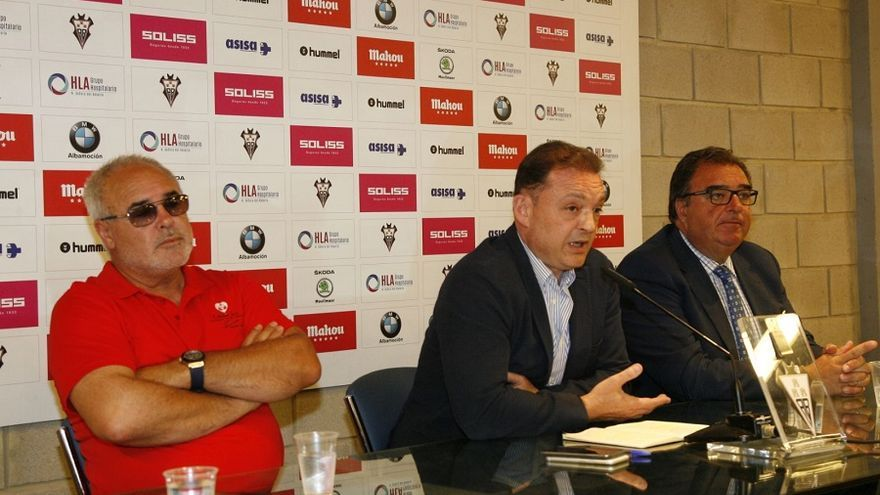 Garrido en la rueda de prensa donde ha anunciado la venta del club. Junto a él, el padre de Andrés Iniesta, también accionista del Alba.