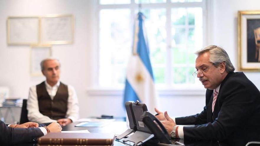 Alberto Fenrández en su oficina en Olivos