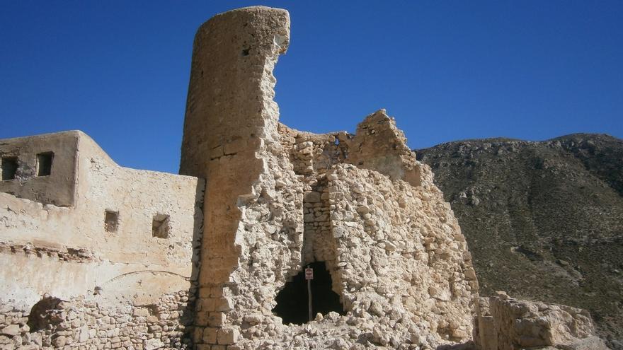 """Alertan de """"derrumbe inminente"""" de torre del castillo de la Cala de San Pedro con """"peligro real"""" para bañistas"""