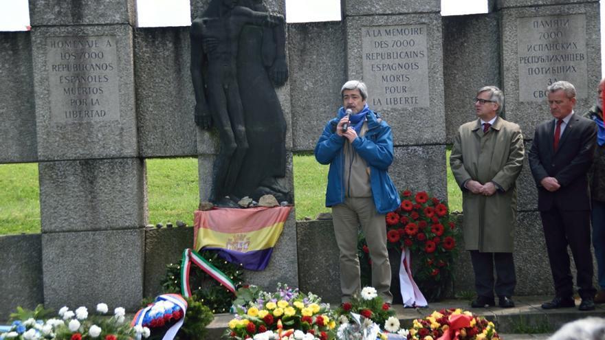 Ofrenda floral de Amical de Mauthausen en el memorial a los republicanos españoles en el KZ-Gedenkstätte Mauthausen, durante los actos conmemorativos de mayo de 2016.