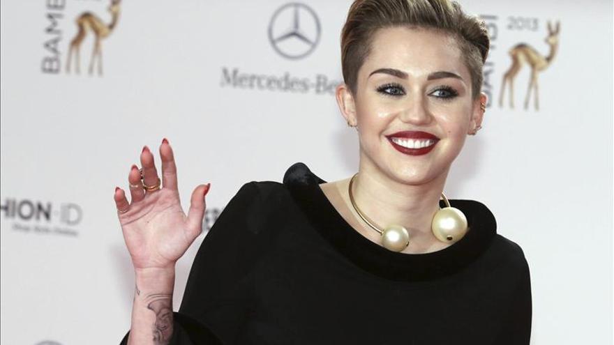 Miley Cyrus estrena imagen, ahora sin cejas