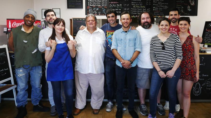 Pablo Conde con los actores y técnicos del cortometraje en el escenario donde fue rodado (Los Ángeles)