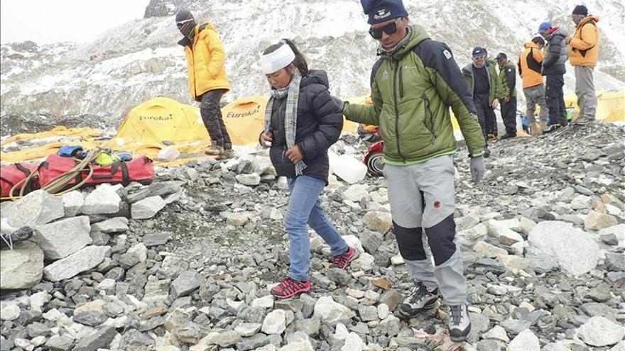 Continúa la operación de rescate de montañeros atrapados en el Everest