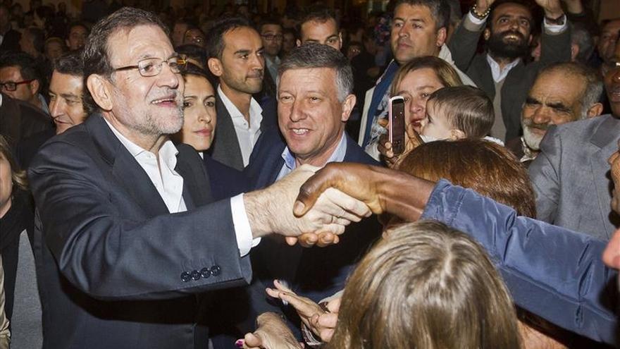 Rajoy se da un baño de multitudes en Huelva y felicita la Navidad a los españoles