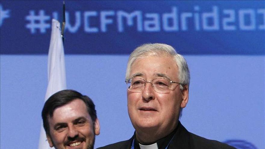 El obispo de Alcalá, Reig Pla, junto al presidente de HazteOír en la entrega de un premio en 2012