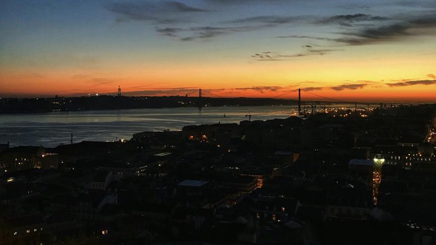 Atardecer que apaga la cuidad de Lisboa desde el Castelo de San Jorge. Foto: CLAUDIA PAIS