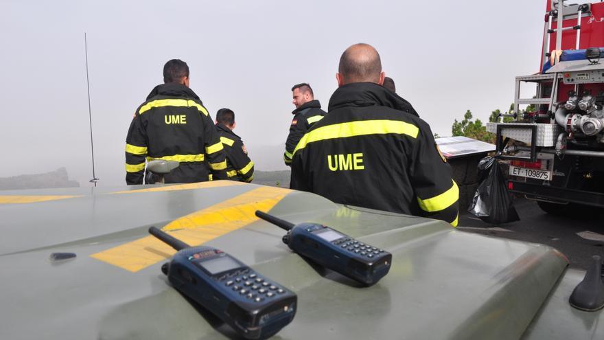 Efectivos de la UME trabajando en la extinción del incendio. (Ángel Sarmiento).