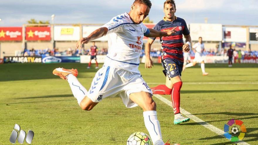 El jugador del CD Tenerife, Suso Santana, durante el encuentro frente al Llagostera. (LALIGA).