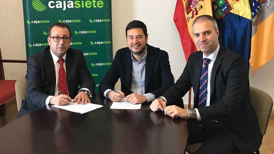Un momento de la firma del acuerdo entre Cajasiete y el Ayuntamiento de Barlovento.