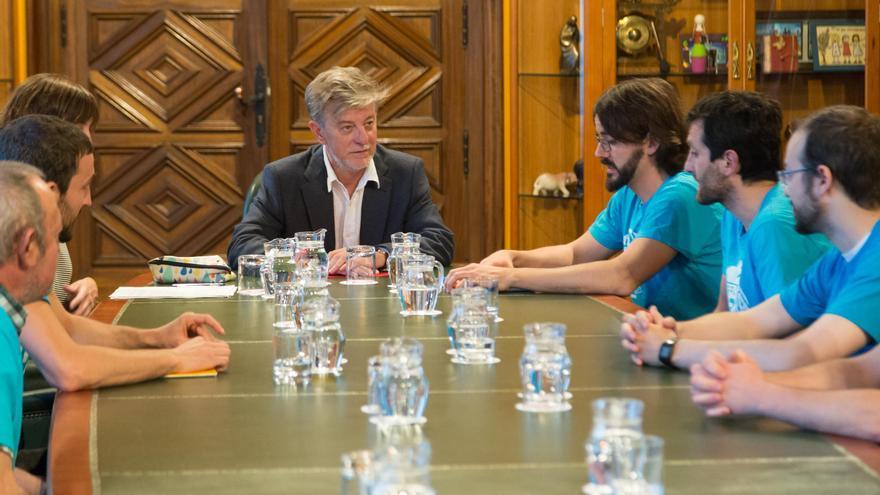 El alcalde de Zaragoza, Pedro Santisteve, se reunió ayer con los '8 de Yesa'.
