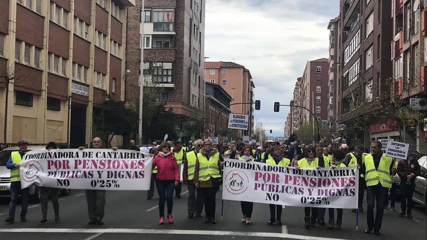 """Unas 300 personas exigen en Santander unas pensiones """"públicas y dignas"""""""
