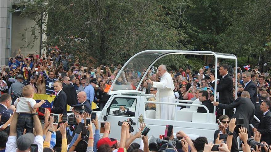 La Biblia, Juanes y Aretha Franklin se funden ante el papa en un festival
