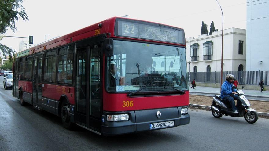 Los viajeros de Tussam podrán cargar gratuitamente sus móviles en el autobús en los próximos días
