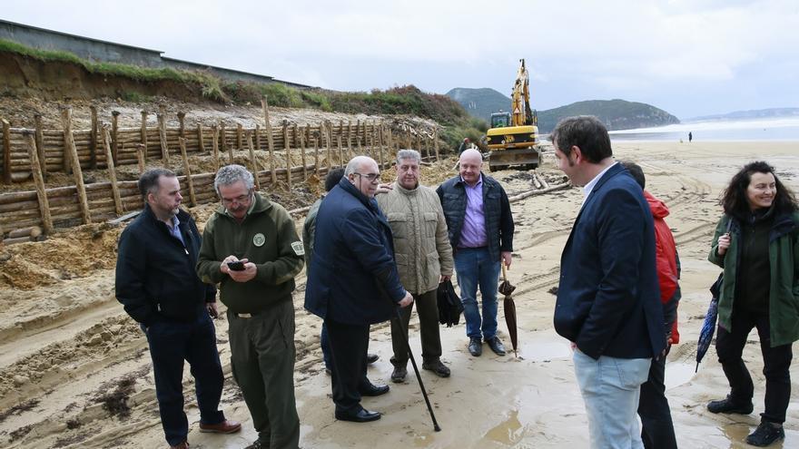 Medio Rural estabiliza el talud del cementerio en la playa de Berria