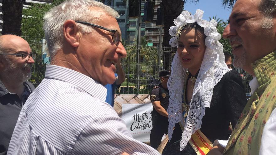El alcalde de València, Joan Ribó, con la Bellea del Foc de Alacant, Sofía Escada
