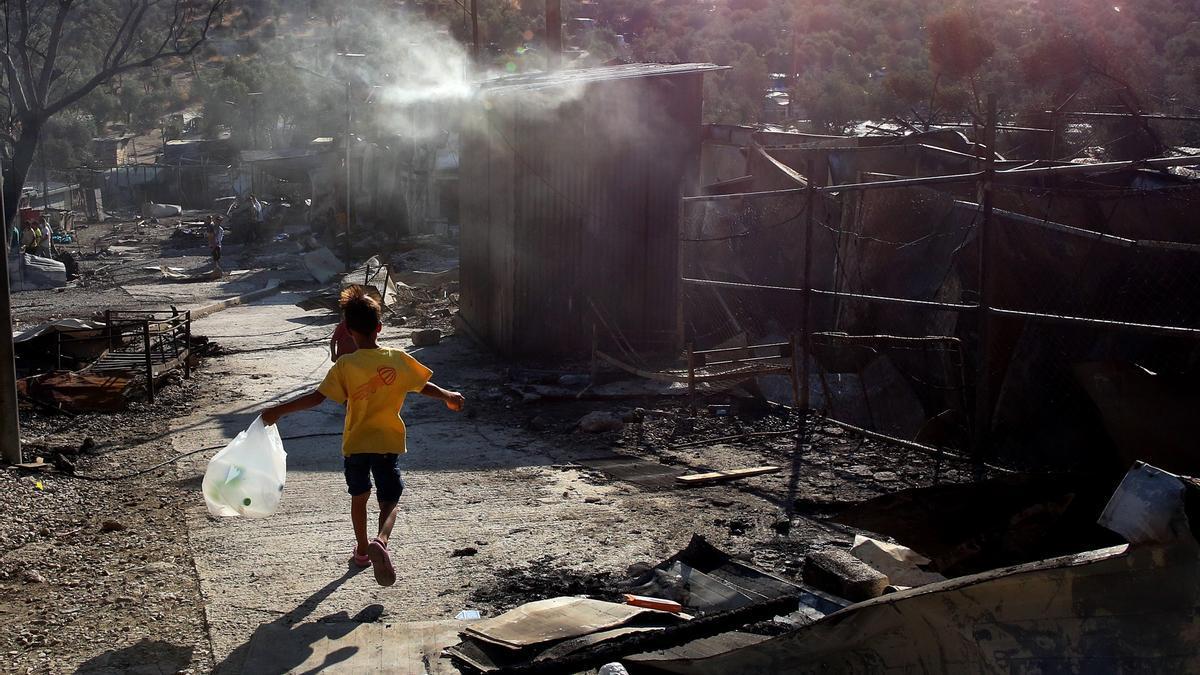 Un niño camina entre los escombros del campo de refugiados de Moria en la isla de Lesbos, Grecia, el 09 de septiembre de 2020