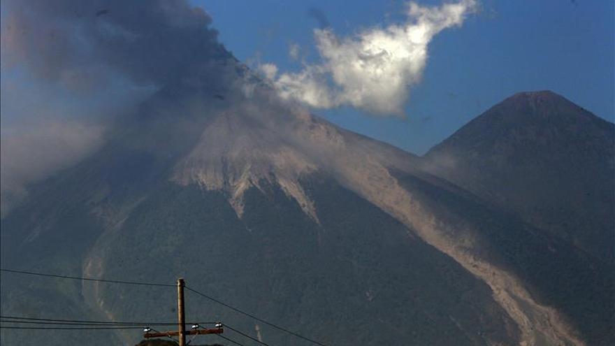 El volcán de Fuego continúa con explosiones débiles y columnas de ceniza