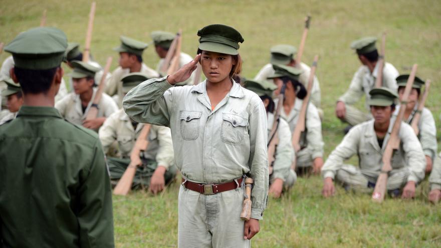 Una joven recluta del grupo guerrillero Kachin Independence Army (KIA) saluda a un superior durante una sesión de entrenamiento en un campo de las afueras de Laiza, el bastión de este grupo.