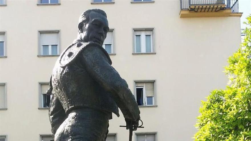 La estatua de Curro Romero en Sevilla sufre un nuevo ataque con pintura